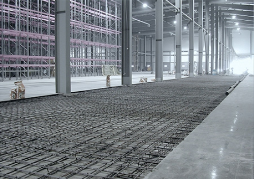 Если на промышленное покрытие будут воздействовать повышенные нагрузки, то бетонный пол необходимо усиливать