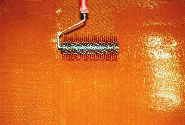 При профессиональном монтаже используют специальные игольчатые валики