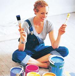 Решая, чем покрасить бетонный пол, можно остановиться на распылителе или на валике
