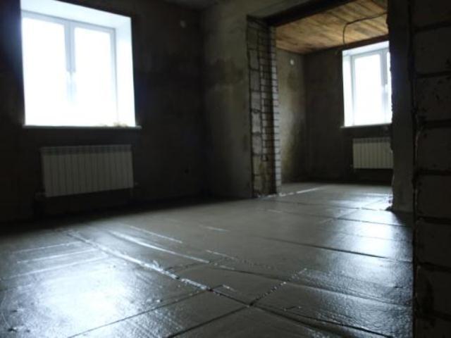Бетонное покрытие в деревянном доме можно организовать самостоятельно на смену прогнившим древесным