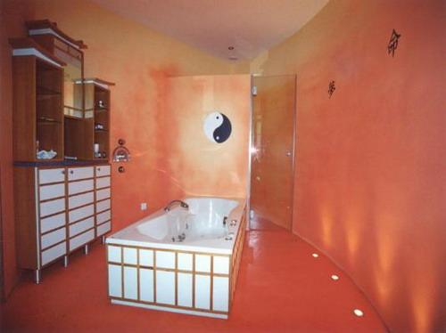 Однотонное наливное покрытие в ванной комнате